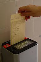 Orologio timbra cartellini. Clocking-in card.....