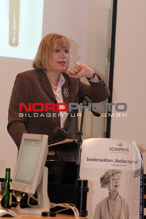 Versteigerung des Nachlasses von Inge Meysel<br /> <br /> <br /> <br /> Sonderauktion am 23.10.2004 durch das Auktionshaus Schopmann in den Raumen der Patriotischen Gesellschaft in Hamburg - Auktionatorin Dorothee Rather macht Aufruf.<br /> <br /> Foto &copy; nordphoto / Volker Sarbach<br /> <br />  *** Local Caption *** Foto ist honorarpflichtig! zzgl. gesetzl. MwSt.<br /> <br />  Belegexemplar erforderlich<br /> <br /> Adresse: nordphoto<br /> <br /> Georg-Reinke-Strasse 1<br /> <br /> 49377 Vechta