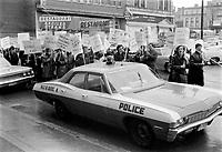 Grèvistes<br /> Date : novembre 1968<br /> Photographe : Photo Moderne<br /> Collection: Jocelyn Paquet<br /> Numéro: 12440<br /> Historique de diffusion:Fonctionnaires  en greve a Quebec, novembre 1968.<br /> <br /> Photographe : Photo Moderne