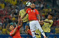 SAO PAULO – BRASIL, 28-06-2019: Yerry Mina y Wilmar Barrios de Colombia disputan el balón con Arturo Vidal y Alexis Sanchez de Chile durante partido por cuartos de final de la Copa América Brasil 2019 entre Colombia y Chile jugado en el Arena Corinthians de Sao Paulo, Brasil. / Yerry Mina and Wilmar Barrios of Colombia vie for the ball with Arturo Vidal and Alexis Sanchez of Chile during the Copa America Brazil 2019 quarter-finals match between Colombia and Chile played at Arena Corinthians in Sao Paulo, Brazil. Photos: VizzorImage / Julian Medina / Cont /