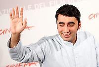 """Bilawal Bhutto Zardari, figlio della leader politica pakistana Benazir Bhutto, uccisa nel 2007, posa durante un photocall per la presentazione del film documentario """"Bhutto"""" su sua madre al Festival Internazionale del Film di Roma, 30 ottobre 2010..Bilawal Bhutto Zardari, son of assassinated Pakistani politician Benazir Bhutto, waves to photographers during a photocall to present the documentary ' Bhutto', on his mother, during the Rome Film Festival at Rome's Auditorium, 30 october 2010..UPDATE IMAGES PRESS/Riccardo De Luca"""