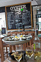 Europe/France/Aquitaine/33/Gironde/Bassin d'Arcachon/Arcachon: Oyster Bar, Huîtres Laban,  au nouveau marché couvert  [Non destiné à un usage publicitaire - Not intended for an advertising use]