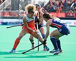 ROTTERDAM - Maria Verschoor (Ned)  met  Amanda Magadan (USA)  tijdens de Pro League hockeywedstrijd dames, Nederland-USA  (7-1) .  COPYRIGHT  KOEN SUYK