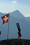 drapeau suisse et équilibriste au refuge Bordier