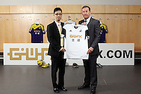 Pictured: Albert Sin of Goldenway with club chairman Huw Jenkins. <br />