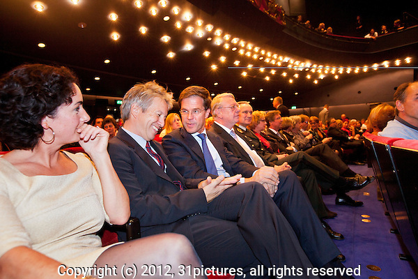 Nederland, Utrecht, 30 september 2012. Het 32ste Nederlands Film Festival 2012. Premiere documentaire Gesneuveld van Robert Oey in Stadschouwburg. Vlnr; Femke Halsema, Robert Oey (regisseur), Mark Rutte (demissionair Minister-President), Hans Hillen (demissionair Minister van Defensie), Tom Middenkoop (Commandant der Strijdkrachten). Foto: 31pictures.nl / The Netherlands, Utrecht, 30 September 2012. The 32nd Netherlands Film Festival. Premiere documentary Fallen (Gesneuveld) by Robert Oey in Stadschouwburg. From left; Femke Halsema, Robert Oey (director), Mark Rutte (demissionairy Minister-President of the Netherlands), Hans Hillen (demissionair Minister of Defense), Tom Middenkoop (Commander Dutch Armed Forces). Photo: 31pictures.nl / (c) 2012, www.31pictures.nl