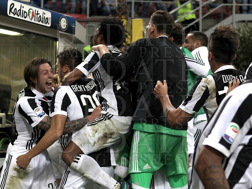Calcio, Serie A: Inter - Juventus, Milano, stadio Giuseppe Meazza (San Siro), 28 aprile 2018.<br /> Juventus' Gonzalo Higuain celebrates after scoring with his teammates during the Italian Serie A football match between Inter Milan and Juventus at Giuseppe Meazza (San Siro) stadium, April 28, 2018.<br /> UPDATE IMAGES PRESS/Isabella Bonotto