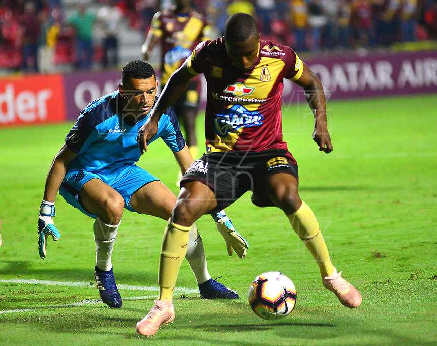 IBAGUE -COLOMBIA, 05-03-2019: Maicol Balanta del Tolima disputa el balón con Ardeber Santos arquero del Paranaense durante partido por la fecha 1, grupo G, de la Copa CONMEBOL Libertadores 2019 entre Deportes Tolima de Colombia y Athletico Paranaense de Brasil jugado en el estadio Manuel Murillo Toro de la ciudad de Ibagué. / Maicol Balanta of Tolima struggles the ball with Ardeber Santos goalkeeper of Paranaense during match for the date 1, grupo G, as part of Copa CONMEBOL Libertadores 2019 between Deportes Tolima and Athletico Paranaense of Brazil played at Manuel Murillo Toro stadium in Ibague. Photo: VizzorImage / Juan Carlos Escobar / Cont