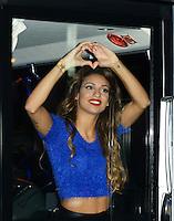 TAL salue ses fans depuis son bus à la sortie de son concert à Bruxelles - Belgique - EXCLUSIF