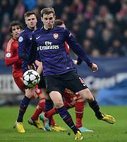 FUSSBALL  CHAMPIONS LEAGUE  ACHTELFINALE  HINSPIEL  2012/2013      FC Bayern Muenchen - FC Arsenal London     13.03.2013 Per Mertesacker (Arsenal) Einzelaktion am Ball