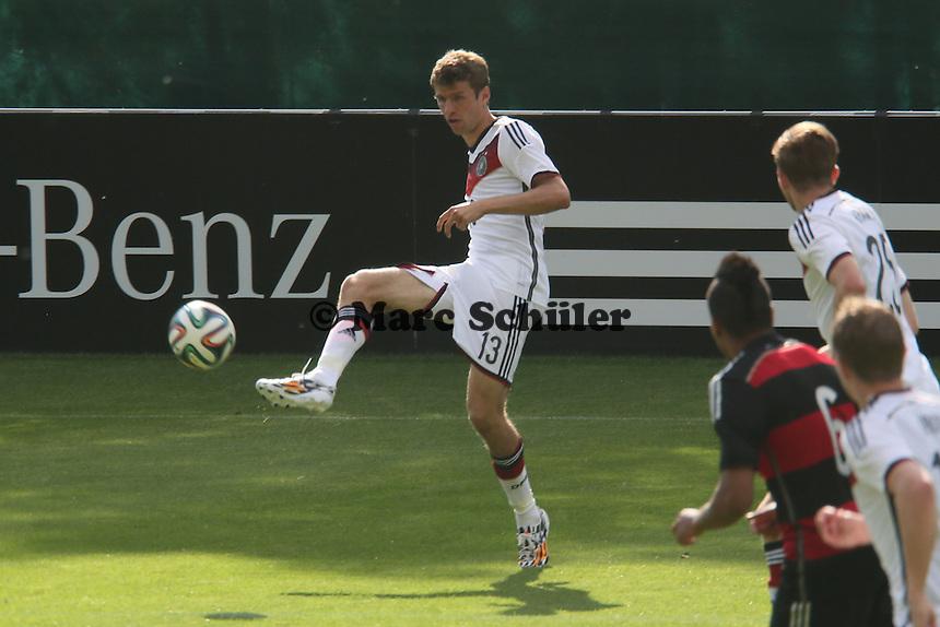 Flanke Thomas Müller - Testspiel der Deutschen Nationalmannschaft gegen die U20 zur WM-Vorbereitung in St. Martin