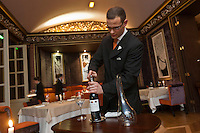 Europe/France/Aquitaine/33/Gironde/Bordeaux: Restaurant: Le Pressoir d'Argent au  Régent Grand Hôtel, service du vin [Non destiné à un usage publicitaire - Not intended for an advertising use]