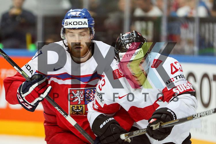 Schweizs Trachsler, Morris (Nr.43) im Zweikampf mit Tschechiens Nakladal, Jakub (Nr.87)(TPS Turku)  im Spiel IIHF WC15 Tschechien vs. Schweiz.<br /> <br /> Foto &copy; P-I-X.org *** Foto ist honorarpflichtig! *** Auf Anfrage in hoeherer Qualitaet/Aufloesung. Belegexemplar erbeten. Veroeffentlichung ausschliesslich fuer journalistisch-publizistische Zwecke. For editorial use only.