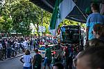 im Bild: rund um das Wohninvest Weserstadion feiern Fans des SV Werder das Erreichen der Relegation, <br /><br />Sport: nphgm001: Fussball: 1. Bundesliga: Saison 19/20: 34. Spieltag: SV Werder Bremen vs 1.FC Koeln 27.06.2020 <br /><br />Foto: Rauch/gumzmedia/nordphoto<br /><br />EDITORIAL USE ONLY