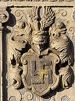 Wappen der Familie Raven, Detail der Ratsapotheke am Marktplatz, Einbeck, Niedersachsen, Deutschland, Europa<br /> Coat of arms of Raven family at Rats-pharmacy, Einbeck, Lower Saxony, Germany, Europe