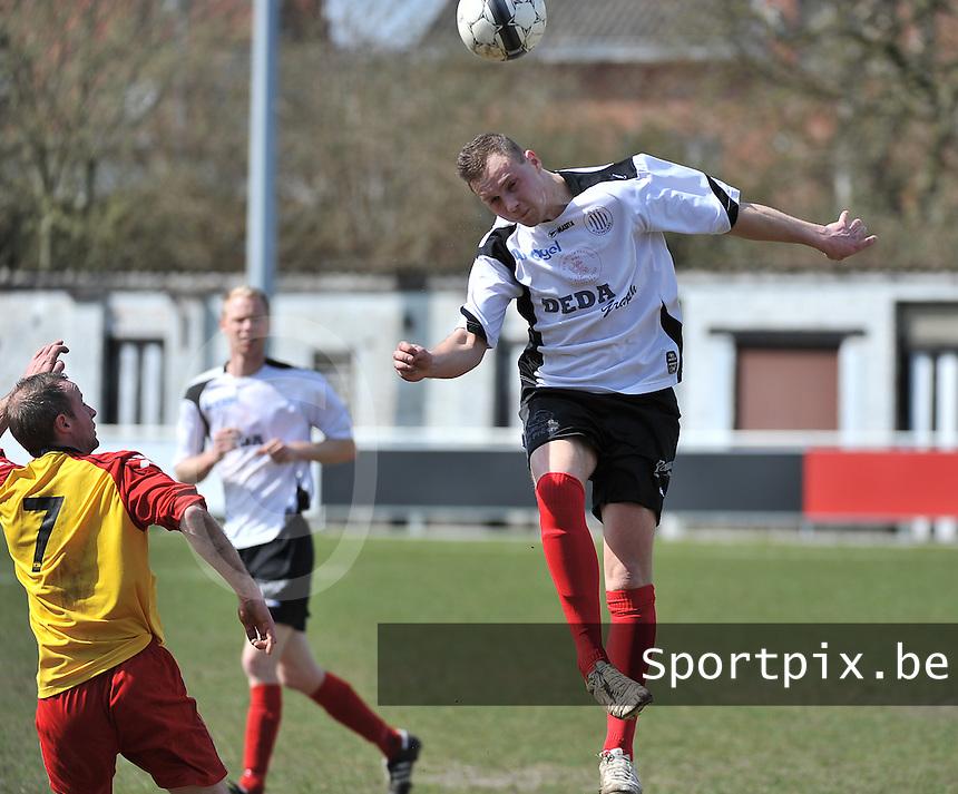 Club Roeselare - Eendracht Wervik : Brenthon Dujardin met de kopbal voor Nicolas Techel (7).foto VDB / BART VANDENBROUCKE