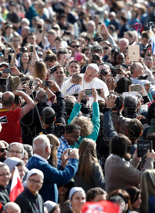 Papa Francesco accarezza un bambino al suo arrivo all'udienza generale del mercoledi' in Piazza San Pietro, Citta' del Vaticano, 3 maggio, 2017.<br /> Pope Francis caresses a child as he arrives to lead his weekly general audience in St. Peter's Square at the Vatican, on May 3, 2017.<br /> UPDATE IMAGES PRESS/Isabella Bonotto<br /> <br /> STRICTLY ONLY FOR EDITORIAL USE