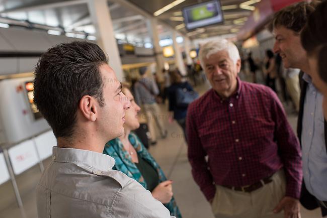 Fluechtlinspaten Syrien e.V. in Berlin.<br /> Empfang der Mutter und Brueder von Majd am Flughafen Tegel.<br /> Im Bild links: Der 21jaehrige Majd aus Syrien.<br /> Im Bild 2.vr.: Fluechtlingspate Peter Kuttner.<br /> Im Bild: Rechtsanwalt Ulrich Karpenstein vom Verein Fluechtlingspaten-Syrien e.V..<br /> 17.6.2015, Berlin<br /> Copyright: Christian-Ditsch.de<br /> [Inhaltsveraendernde Manipulation des Fotos nur nach ausdruecklicher Genehmigung des Fotografen. Vereinbarungen ueber Abtretung von Persoenlichkeitsrechten/Model Release der abgebildeten Person/Personen liegen nicht vor. NO MODEL RELEASE! Nur fuer Redaktionelle Zwecke. Don't publish without copyright Christian-Ditsch.de, Veroeffentlichung nur mit Fotografennennung, sowie gegen Honorar, MwSt. und Beleg. Konto: I N G - D i B a, IBAN DE58500105175400192269, BIC INGDDEFFXXX, Kontakt: post@christian-ditsch.de<br /> Bei der Bearbeitung der Dateiinformationen darf die Urheberkennzeichnung in den EXIF- und  IPTC-Daten nicht entfernt werden, diese sind in digitalen Medien nach &sect;95c UrhG rechtlich geschuetzt. Der Urhebervermerk wird gemaess &sect;13 UrhG verlangt.]