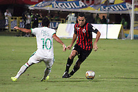 CUCUTA - COLOMBIA -08 -03-2015: Franco Sosa (Der.) jugador de Cucuta Deportivo disputa el balón con David Mendieta (Izq.) jugador de Deportivo Cali, durante partido entre Cucuta Deportivo y Deportivo Cali por la fecha 8 de la Liga Aguila I-2015, jugado en el estadio General Santander de la ciudad de Cucuta.  / Franco Sosa (R) player of Cucuta Deportivo vies for the ball with con David Mendieta (L) player of Deportivo Cali, during a match between Cucuta Deportivo and Deportivo Cali for the date 8 of the Liga Aguila I-2015 at the General Santander Stadium in Cucuta city, Photo: VizzorImage / Manuel Hernandez / Str.