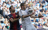 MADRI, ESPANHA, 02 MARÇO 2013 - CAMPEONATO ESPANHOL - REAL MADRID X BARCELONA - Karim Benzema (D) jogador do Real Madrid durante disputa de bola com Sergio Busquets do Barcelona em partida pela 26 rodada do Campeonato Espanhol, neste sabado, 02. (FOTO: ALEX CID-FUENTES / ALFAQUI / BRAZIL PHOTO PRESS).