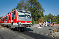 Germany, Baden-Wuerttemberg, Tauber Valley, Wertheim, district Bronnbach: train Westfrankenbahn and cyclists waiting at the railroad crossing | Deutschland, Baden-Wuerttemberg, Taubertal, Wertheim, Ortsteil Bronnbach: die Westfrankenbahn und wartende Radfahrer am Bahnuebergang