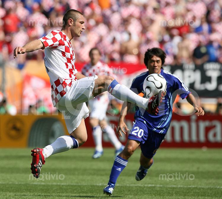 Fussball WM 2006  Gruppenspiel  Vorrunde Japan - Kroatien Robert KOVAC (li, CRO) gegen Keiji TAMADA (JPN)