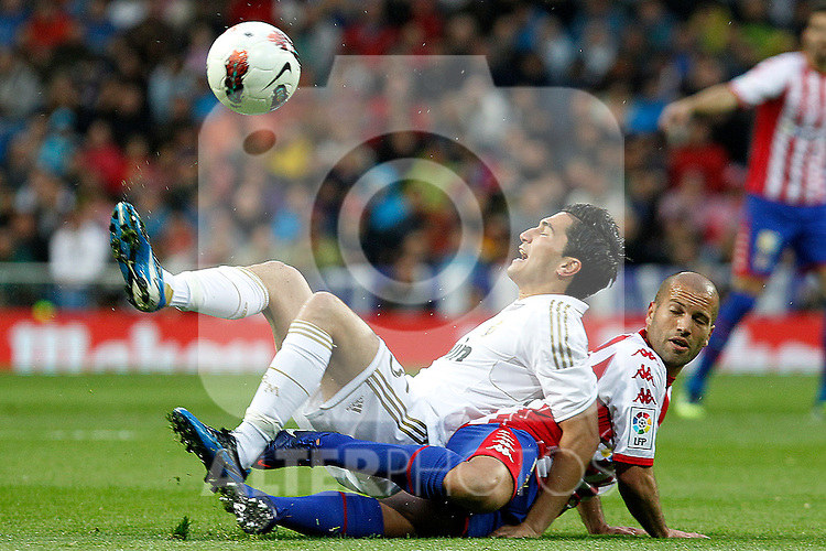 Real Madrid's Sahim (l) and Sporting de Gijon's Alberto Lora during La Liga match.April 14,2012. (ALTERPHOTOS/Acero)