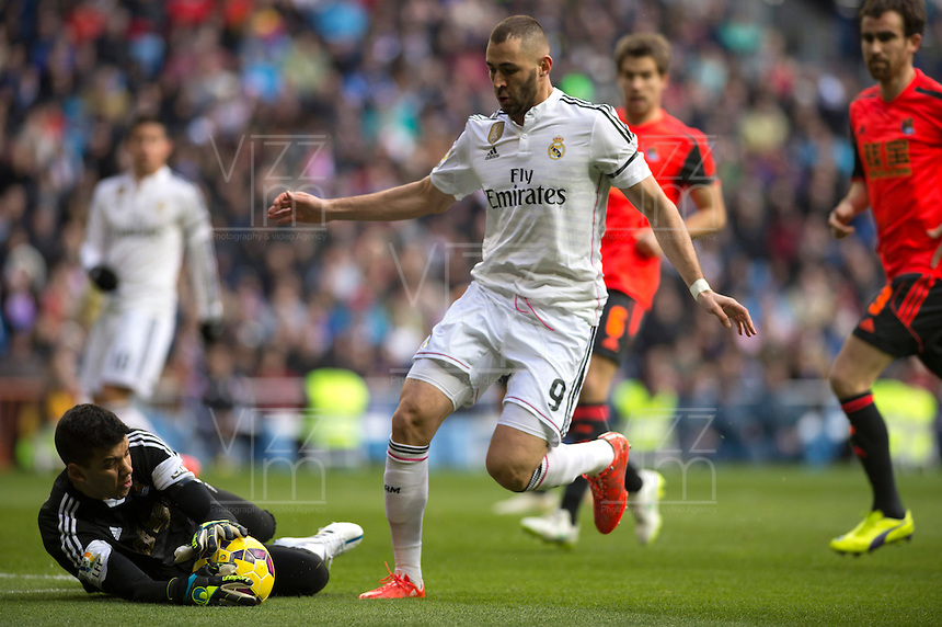 MADRID - ESPAÑA - 31-01-2015: Karim Benzema (Der.) jugador de Real Madrid, disputa el balon con Rulli (Izq.) jugador de La Real Sociedad durante partido de La Liga de BBVA de España, 2015 Real Madrid  y La Real Sociedad en el estadio Santiago Bernabeu de la ciudad de Madrid, España. / Karim Benzema (R) player of Real Madrid vies for the ball with Rulli (L) player of La Real Sociedad, during a match between Real Madrid and La Real Sociedad for the La Liga de BBVA de España 2015 in the Santiago Bernabeu stadium in Madrid, Spain  Photo: Asnerp / Patricio Realpe / VizzorImage.