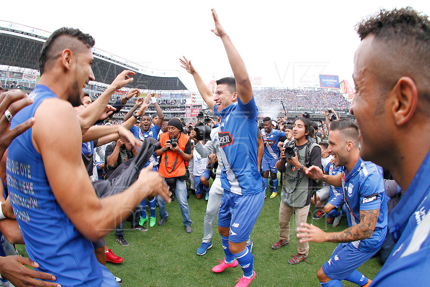 "QUITO - ECUADOR, 20-12-2015: C. S. Emelec de Ecuador se coronó por primera vez en su historia tricampeón consecutivo del Campeonato Ecuatoriano de Fútbol ""Copa Pilsener"" 2015 tras empatar 0-0 en el juego de vuelta final con Liga de Quito (3-1 global) jugado en el estadio Casa Blanca en la ciudad de Quito. / C.S. Emelec of Ecuador won for first time in its history as consecutive three times champion of Ecuadorian Soccer Championship ""Pilsener"" 2015 after tying 0-0 in a final second leg match with Liga de Quito (3-1 global) played at Casa Blanca stadium in Quito city . Photo: VizzorImage/ Franklin Jacome / ACGPHOTO"