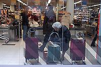 Roma, .Supermercato Coop Laurentino.Anziana.Rome.Supermarket Coop Laurentino.Elderly woman