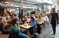Nederland -  Amsterdam -  2018. De Hallen in Amsterdam West is een centrum voor horeca, ambachten, media en cultuur. De plek waar ooit de eerste elektrische trams in Amsterdam werden onderhouden heeft een nieuw leven gekregen. Foodcourt.      Foto Berlinda van Dam / Hollandse Hoogte