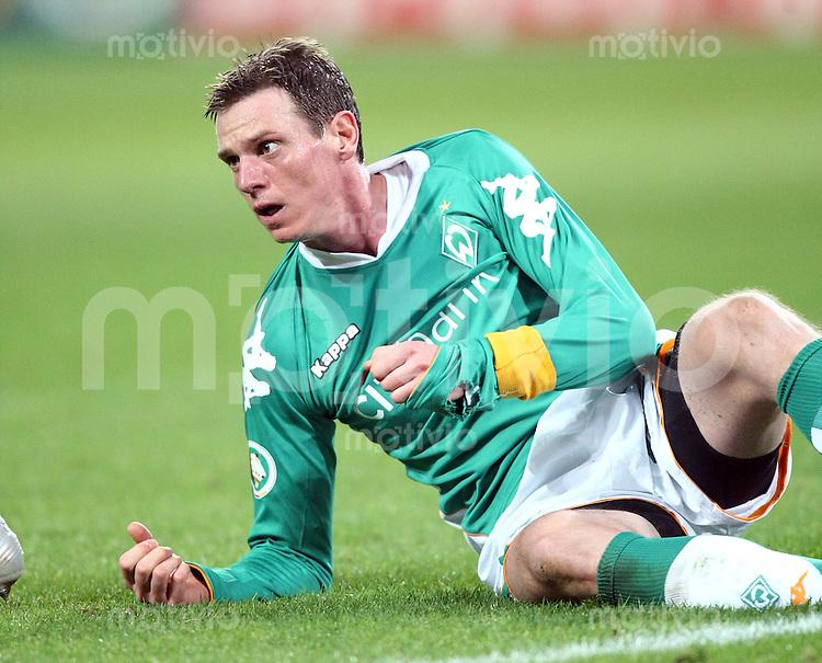 Fussball   DFB POKAL    Achtelfinale   Saison 2007/2008       Borussia Dortmund  2-1  SV Werder Bremen                 29.01.2008 Tim Borowski (Bramen) am Boden