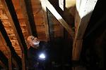 Foto: VidiPhoto<br /> <br /> VALBURG – Monumentenwachter Dion Wiegers begint maandag met zijn tweedaagse inspectie naar de conditie van de Hervormde kerk in Valburg. De kerk heeft net als veel andere Rijksmonumenten, een onderhoudsabonnement bij de inspectiedienst. De dorpskerk bevindt zich op dit moment tussen twee restauratiefasen in. Komend voorjaar wordt er nieuw stucwerk aangebracht aan de binnenzijde. Komende jaren moet ook het voegwerk aan de buitenzijde nog aangepakt worden. Ook de bekende fresco's in de kerk zijn in slechte staat. Monumentwacht regelt voor  de benodigde restauratiewerkzaamheden de subsidie-aanvraag. Volgens Wiegers gaat de kwaliteit van de historische gebouwen in Nederland licht achteruit, vooral bij kerken. Veel gebouwen gaan dicht vanwege ontkerkelijking en voor onderhoudsabonnementen is niet altijd nog geld.