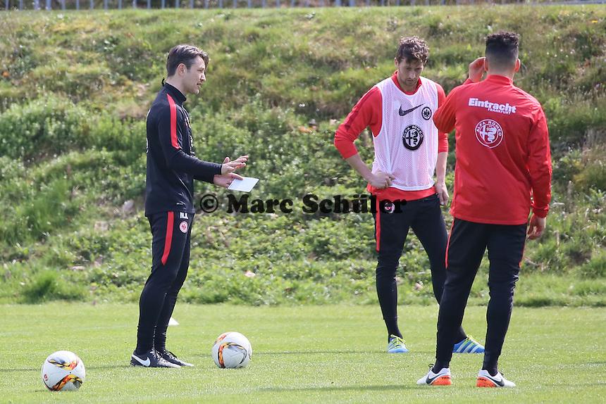 Trainer Niko Kovac gibt Anweisungen für das Trainingsspiel - Eintracht Frankfurt Training, Commerzbank Arena