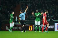 FUSSBALL   1. BUNDESLIGA    SAISON 2012/2013    12. Spieltag   SV Werder Bremen - Fortuna Duesseldorf               18.11.2012 Schiedsrichter Peter Sippel (2.vl.) zeigt Assani Lukimya (Mitte, SV Werder Bremen) die Gelb-Rote Karte