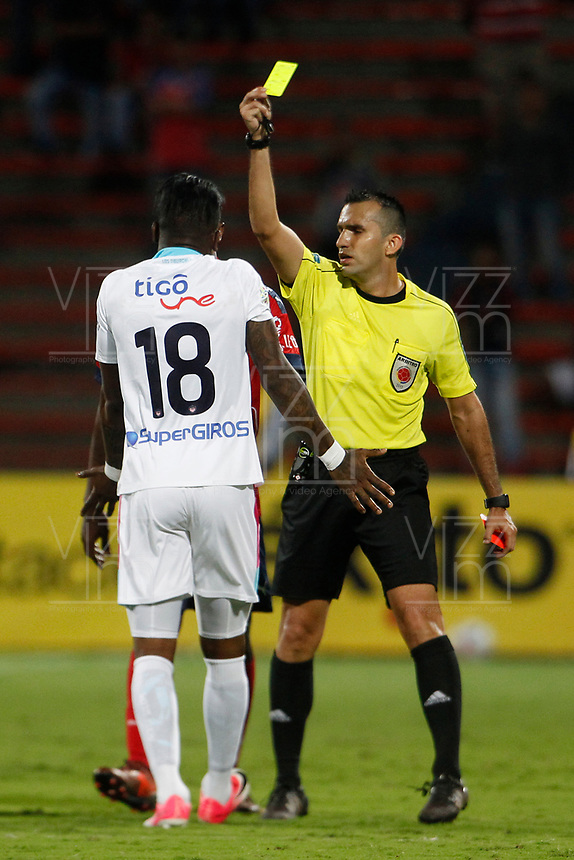 MEDELLÍN - COLOMBIA, 18-10-2017: Carlos Betancur, arbitro, muestra la tarjeta amarilla a Yony Gonzalez Copete del Junior durante el partido entre Independiente Medellín y Atletico Junior por la final ida de la Copa Águila 2017 jugado en el estadio Atanasio Girardot de la ciudad de Medellín. / Carlos Betancur, referee, shows the yellow card to Yony Gonzalez Copete of Junior during the first leg match between Independiente Medellin and Atletico Junior for the final of the Aguila Cup 2017 played at Atanasio Girardot stadium in Medellin city. Photo: VizzorImage/ León Monsalve / Cont