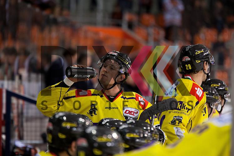 Christian Kretschmann (Nr. 5 Krefeld Pinguine) erfrischt sich beim Spiel in der DEL, Grizzlys Wolfsburg - Krefeld Pinguine.<br /> <br /> Foto &copy; PIX-Sportfotos *** Foto ist honorarpflichtig! *** Auf Anfrage in hoeherer Qualitaet/Aufloesung. Belegexemplar erbeten. Veroeffentlichung ausschliesslich fuer journalistisch-publizistische Zwecke. For editorial use only.