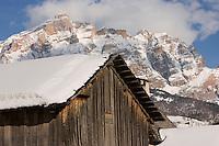Europe/Italie/Trentin Haut-Adige/Dolomites/Alta Badia/ La Villa:  détail ferme et Massif des Dolomites