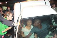 RIO DE JANEIRO, RJ, 10.05.2014 - SEQUESTRO ÔNIBUS NA AVENIDA BRASIL - Um homem que seria usuário de drogas e mantinha reféns dentro de um ônibus parado na Avenida Brasil, na altura do Shopping Guadalupe, no Rio de Janeiro, RJ, neste sábado (10). Ele se entregou por volta das 19h30 e foi levado para a 39ª DP (Pavuna). (Foto: Celso Barbosa / Brazil Photo Press).
