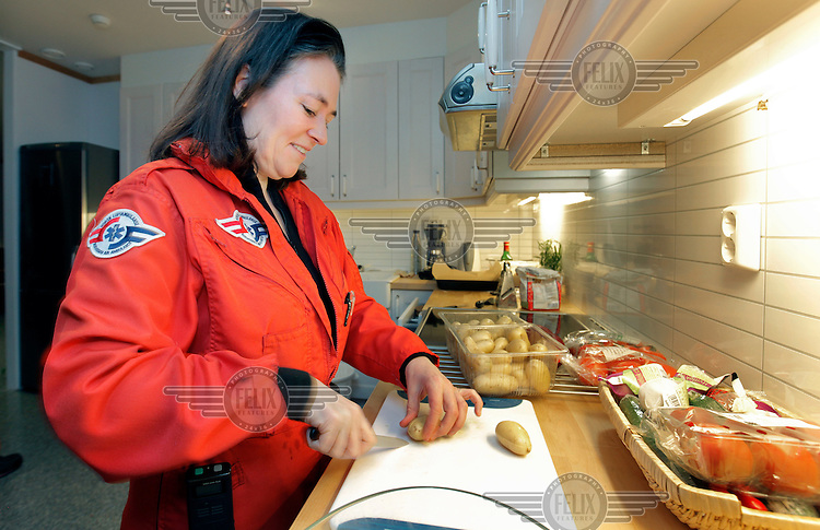 Anestesilege Ann-Elin Tomlinson ved &Aring;l-basen. <br /> <br /> Norwegian Air Ambulance helicopter and crew.