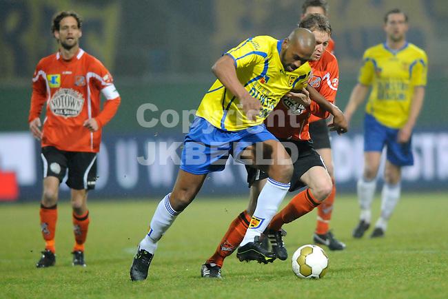 LEEUWARDEN - Voetbal, SC Cambuur - FC Volendam, Cambuur stadion, seizoen 2011-2012, 02-03-2012 Mark de Vries (m) achterevolgt door Volendam speler Leon Tol