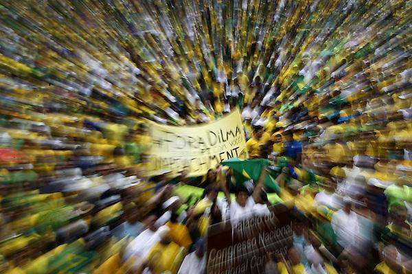 BRA517. BRASILIA (BRASIL), 15/03/2015.- Cientos de personas participan en una manifestación contra la presidenta brasileña, Dilma Rousseff, hoy, domingo 15 de marzo de 2015, en la ciudad de Brasilia (Brasil). Cientos de miles de personas protestaron contra la presidenta Dilma Rousseff, en Brasilia, en el marco de una jornada de manifestaciones convocadas en decenas de ciudades de todo el país. La protesta de Brasilia comenzó a las 9.30 hora local (12.30 GMT) en la explanada de los ministerios y llegó hasta la frente del Congreso Nacional Brasileño, con la participación de grupos de ciudadanos opositores sin vínculo declarado con partidos políticos. Los manifestantes corearon consignas contra Rousseff y el oficialista Partido de los Trabajadores (PT) y en rechazo de la corrupción. EFE/Fernando Bizerra Jr.