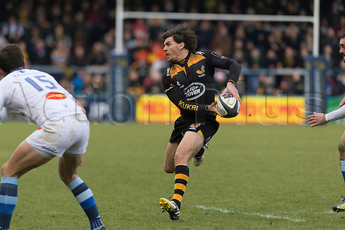 14.12.2014.  High Wycombe, England.  European Rugby Champions Cup. Wasps versus Castres. Ben Jacobs passes in midfield.