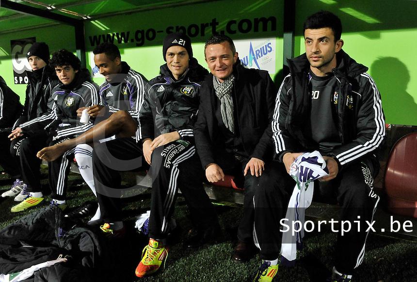 KV Kortrijk - RSC Anderlecht : de matchbalschenker op de bank van anderlecht.foto VDB / BART VANDENBROUCKE