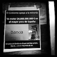 Bergarbeiterstreik in Spanien.<br />In dem Dorf Santa Cruz del Sil der Provinz Leon haben 8 Bergarbeiter am 21. Mai 2012  beschlossen, sich so lange in der Mine einzuschliessen, bis alle Mineros ihren vollen Lohn von der Firmenleitung erhalten. Die Firmenleitung hatte ihnen im Mai 2012 nur die Haelfte des Lohns ausgezahlt. Seit dem wird die Mine bestreikt.<br />Im Bild: Ein Plakat, auf dem die Regierung verurteilt wird, 100 Milliarden Euro fuer die Bankenrettung zu haben, aber keine 70 Millionen Euro f&uuml;r den Bergbau.<br />3.7.2012, Santa Cruz del Sil/Asturien/Spanien<br />Copyright: Christian-Ditsch.de<br />[Inhaltsveraendernde Manipulation des Fotos nur nach ausdruecklicher Genehmigung des Fotografen. Vereinbarungen ueber Abtretung von Persoenlichkeitsrechten/Model Release der abgebildeten Person/Personen liegen nicht vor. NO MODEL RELEASE! Don't publish without copyright Christian-Ditsch.de, Veroeffentlichung nur mit Fotografennennung, sowie gegen Honorar, MwSt. und Beleg. Konto:, I N G - D i B a, IBAN DE58500105175400192269, BIC INGDDEFFXXX, Kontakt: post@christian-ditsch.de.<br />Urhebervermerk wird gemaess Paragraph 13 UHG verlangt.]