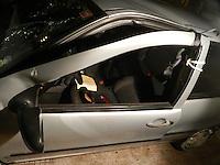 SAO PAULO, SP, 01 DE FEVEREIRO DE 2012 - ACIDENTE TRANSITO: AUTO X POSTE - Motorista idoso perdeu o controle e bateu em poste de iluminação na Rua Rui Barbosa x Pç Dom Orione, Bela Vista, por volta de 00:30hs. Sem cinto, a vitima, sofreu ferimento de gravidade média e foi socorrida ao Hospital das Clinicas. (FOTO: MAURICIO CAMARGO - NEWS FREE).