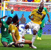 BRASILIA - BRASIL -19-06-2014. Victor Ibarbo (#14) jugador de Colombia (COL) disputa el balón con Ismael Tiote (#9) jugador de  Costa de Marfil (CIV) durante partido del Grupo C de la Copa Mundial de la FIFA Brasil 2014 jugado en el estadio Mané Garricha de Brasilia./ Victor Ibarbo (#14) player of Colombia (COL) fights the ball with Ismael Tiote (#9) player of Ivory Coast (CIV) during the macth of the Group C of the 2014 FIFA World Cup Brazil played at Mane Garricha stadium in Brasilia. Photo: VizzorImage / Alfredo Gutiérrez / Contribuidor