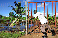 Zambia Chiawa, farms and villages in the Game Reserve Area of Lower Zambezi National Park are attacked by wild animals like Rhino, elephants etc, people protect a banana plantation with electric fence / SAMBIA Chiawa, Doerfer im Game Reserve Area des Lower Zambezi Nationalpark, die Dorfbewohner und ihre Felder werden staendig von Wildtieren wie Elefanten, Nilpferden etc attackiert, Dorfgemeinde sichert ihre Felder mit Elektrozaeunen, Feld mit Bananen
