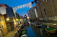 La nuit dans le quartier Castello. (Venise, Octobre 2006)