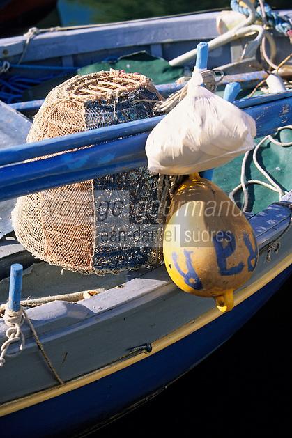 France/Corse/Corse-du-Sud/2A/Ajaccio: Nasse à langoustes et détail d'un pointu au port de pêche